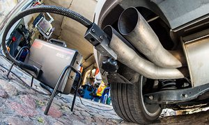 A measuring hose for emissions inspections in diesel engines sticks in the exhaust tube of a Volkswagen Golf 2.0.